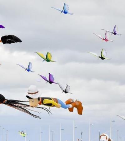 Paz e esperança no incrível Festival Internacional da Pipa, na França