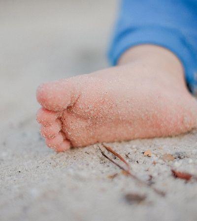 Os benefícios científicos e cognitivos de deixar os bebês descalços