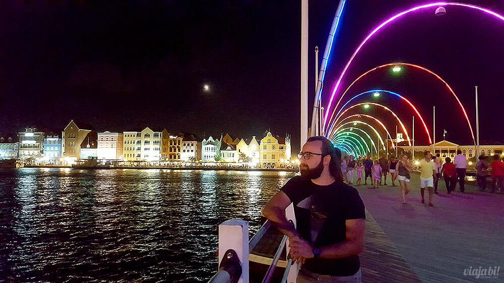 A Curaçao Pride Parade passa na ponte flutuante Queen Emma, que fica colorida o ano todo - Foto: Rafael Leick/Viaja Bi!