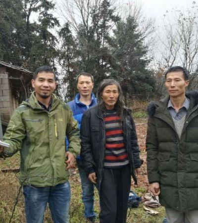 Ele passou os últimos dois anos viajando pela China para reunir pessoas desabrigadas e suas famílias