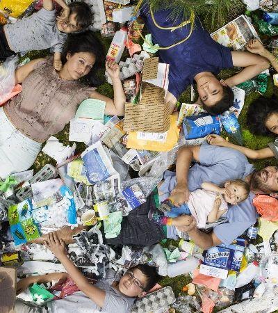 Série fotográfica mostra quanto lixo produzimos em uma semana