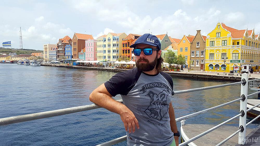 As casinhas coloridas no fim da ponte flutuante Queen Emma são o principal cartão postal de Curaçao - Foto: Rafael Leick/Viaja Bi!
