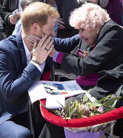 Senhora de 98 anos rouba a cena…e dois beijinhos de príncipe Harry durante visita
