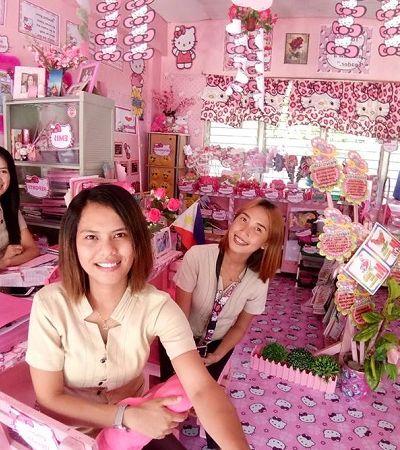 Professora transforma sala de aula com temática Hello Kitty com as próprias mãos para agradar alunas