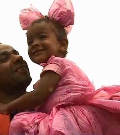 Este pai deu exemplo ao fazer uma fantasia de princesa para a filha usando sacolas plásticas