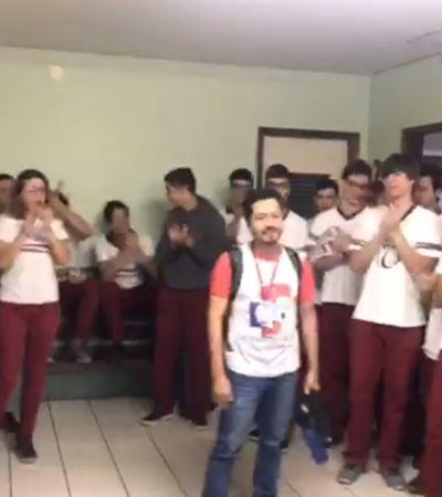Acusado de 'doutrinação comunista', professor é ovacionado por alunos