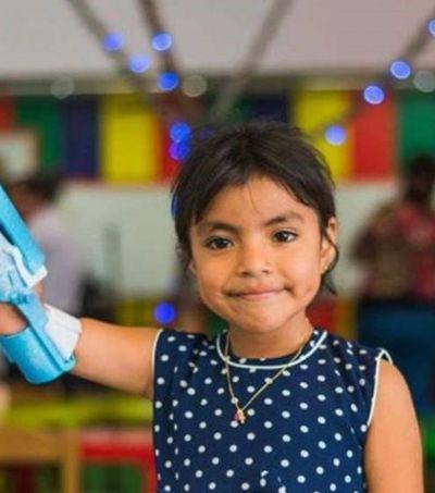 Casal transforma plástico retirado dos oceanos em próteses para crianças