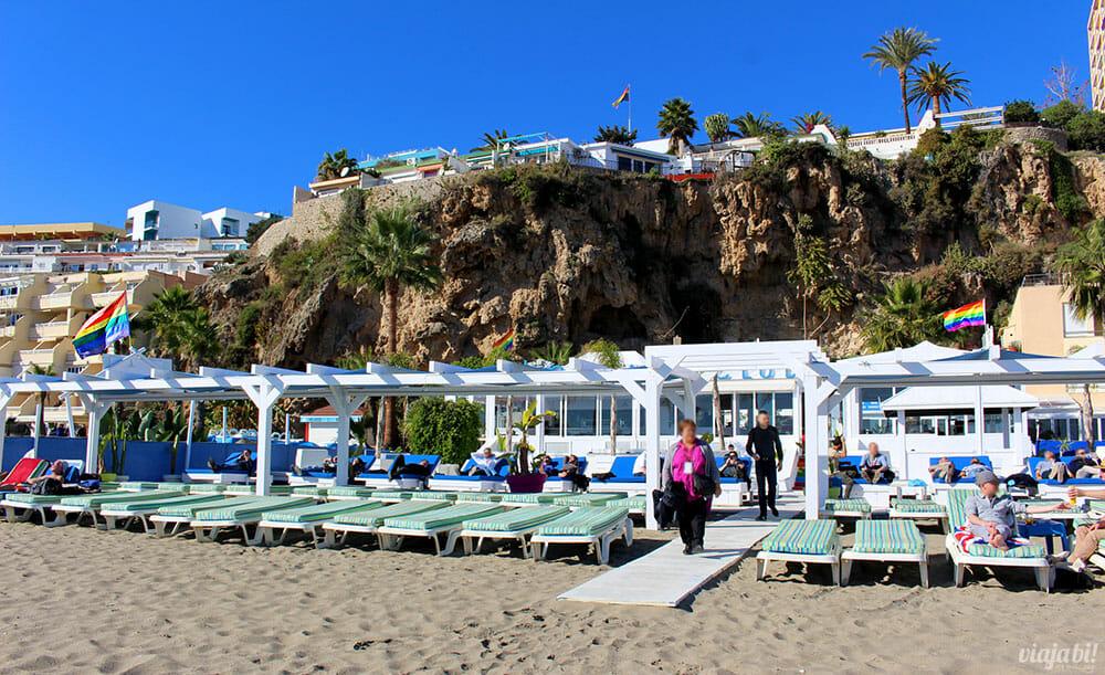 A Playa El Bajondillo é um dos points LGBT+ de Torremolinos, na Espanha - Foto: Rafael Leick / Viaja Bi!