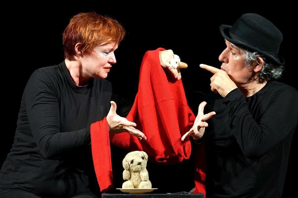 #pracegover Imagem mostra uma mulher e um homem fazendo formas com as mãos que se transformam um criaturas animadas