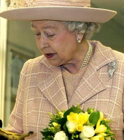 Elizabeth II come bananas de garfo e faca para não 'parecer um macaco'