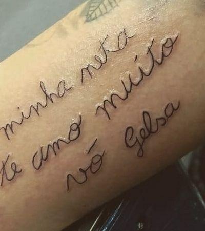 Estudante tatua bilhete escrito pela avó que está aprendendo a ler e escrever
