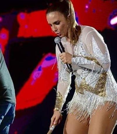 Com rodo na mão, Ivete Sangalo escoa água de palco durante show