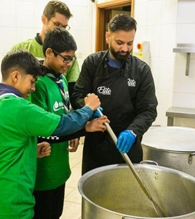 Judeus e muçulmanos se unem para servir sopa a pessoas em situação de rua