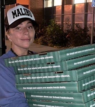 De surpresa, Lady Gaga entrega pizzas em abrigo após incêndio na Califórnia