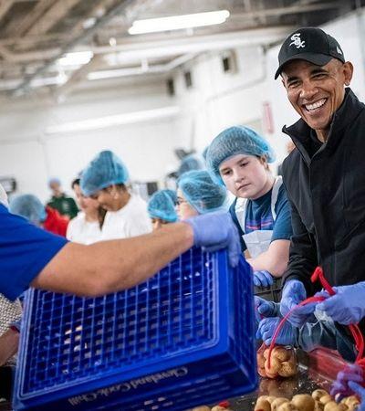 Obama ajuda voluntários a prepararem cestas de alimentos para doações
