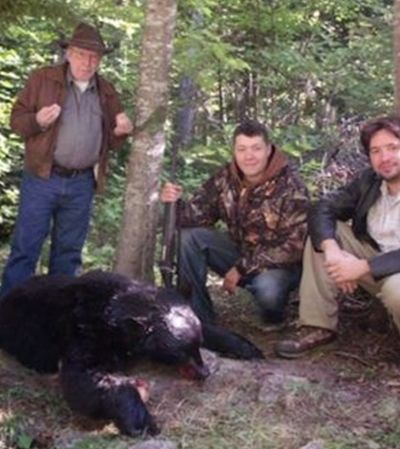 Homem forte e 'guru' de Bolsonaro adora caçar ursos. E fazer churrasco com eles