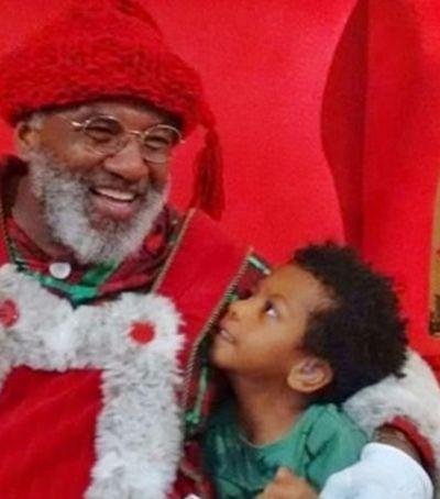 'Feliz demais', Papai Noel negro celebra sucesso em shopping paulista