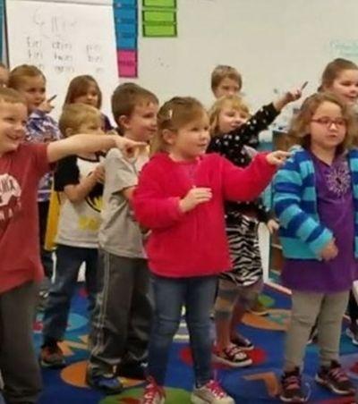 Alunos aprendem linguagem de sinais e cantam parabéns para zelador de escola