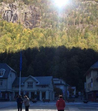 Com pouca luz solar, cidade norueguesa é iluminada por espelhos gigantes