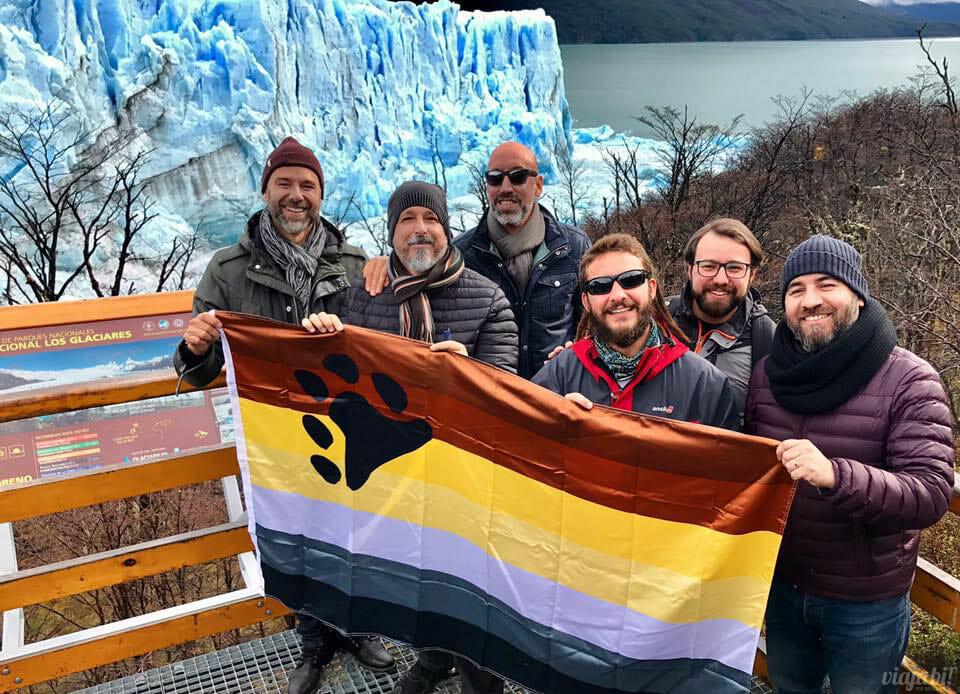 """Com o grupo gay de """"ursos"""" no glaciar Perito Moreno, em El Calafate, na Argentina - Foto: Rafael Leick / Viaja Bi!"""