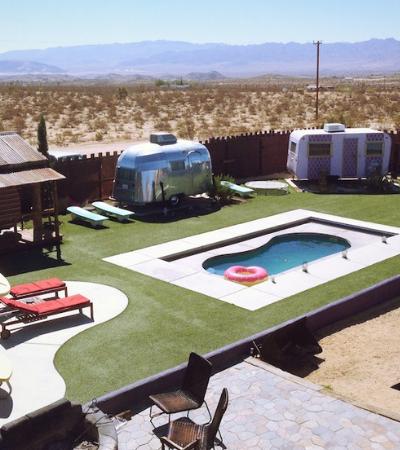 O incrível estacionamento de trailers no meio do deserto onde você pode se hospedar