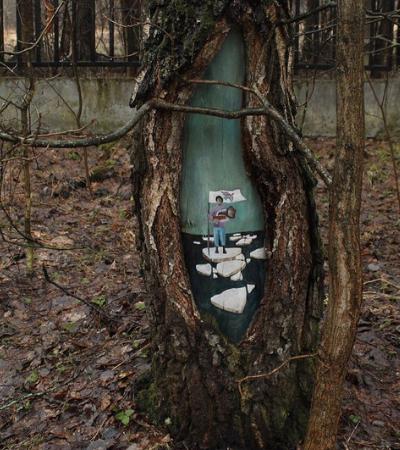 Artista faz pequenas intervenções em árvores que transportam para um mundo paralelo