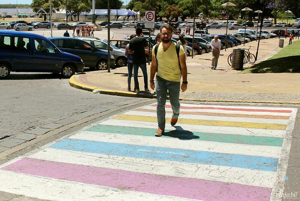 Faixa de pedestres colorida em frente à Assembleia Legislativa de Rosário, na Argentina - Foto: Rafael Leick / Viaja Bi!