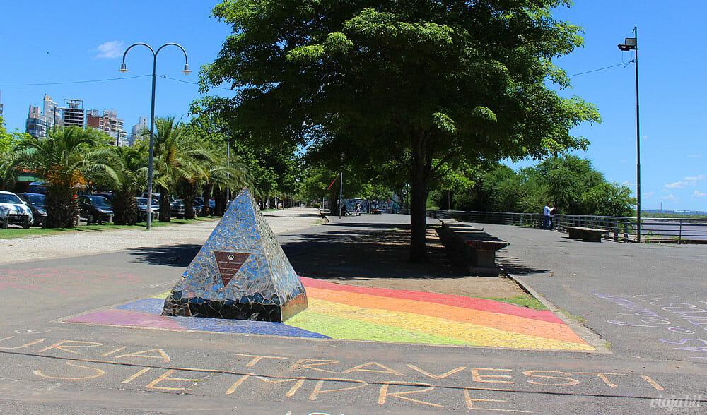 Monumento aos LGBTI+ no Paseo de la Diversidad, em Rosário, na Argentina - Foto: Rafael Leick / Viaja Bi!