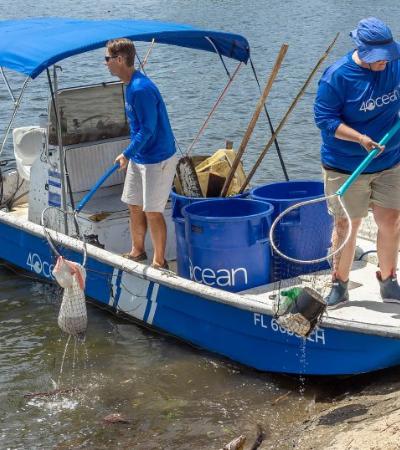 Criada por 2 surfistas, empresa já retirou mais de 900 toneladas de plástico dos oceanos