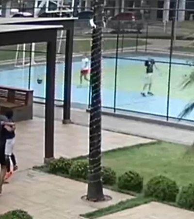 Bullying e abuso: vídeo mostra casal que segura criança para que filho a agrida