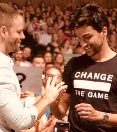Ex-The Voice, Matteus Brunetti é pedido em casamento no meio do show de Sandy
