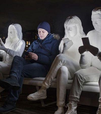 Artista transforma nossa obsessão com celulares em instalação