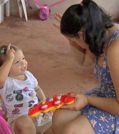 Menina aprende libras para conversar com pais deficientes auditivos