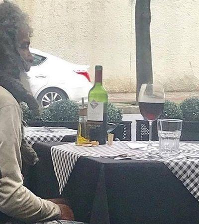 Homem em situação de rua almoça em restaurante nobre de BH, que cobra apenas o refrigerante