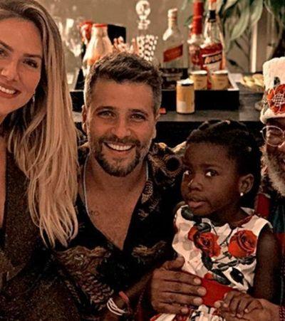 A reação de Titi com o Papai Noel negro é a melhor coisa do Natal