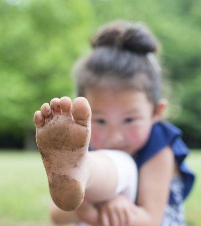 É oficial: Faz bem para as crianças andarem descalças