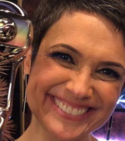 Em prêmio, Sandra Annenberg usa vestido desenhado por jovem autista