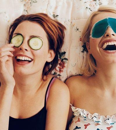 Mulheres são mais felizes com melhores amigas que com os maridos, aponta estudo