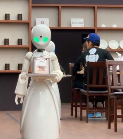 Café de Tóquio usa garçons robôs para ajudar pessoas com problemas físicos