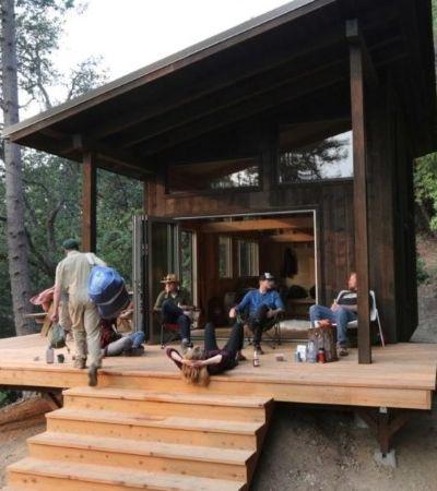 Este grupo de amigos construiu uma vila suspensa de cabanas no meio da floresta