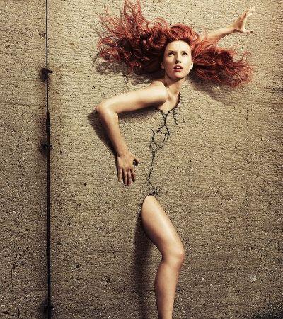 Mulheres nuas quebram concreto e se libertam de paredes em série impactante