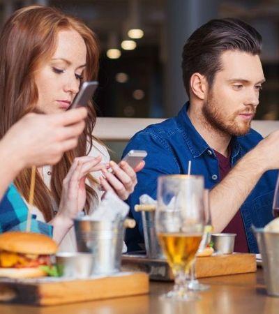 Restaurante dá pratos grátis para criança se pais aceitarem ficar sem celular