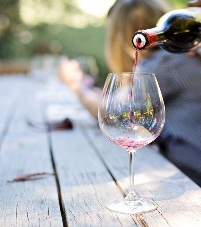 Veganos precisam saber que a maioria dos vinhos franceses leva ovo