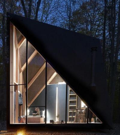 Esta mini casa é espaçosa e confortável por dentro e quase invisível na floresta