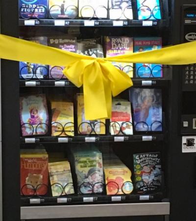 Vending machine em escola pública troca chocolates por livros e viraliza