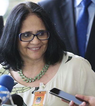 Sem diploma, ministra Damares diz que seu mestrado é  'bíblico'