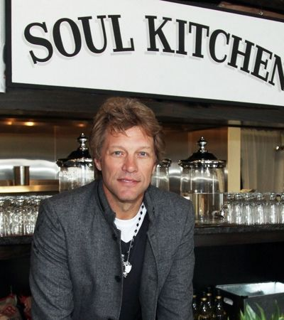 Restaurante de Bon Jovi serve comida de graça a funcionários sem salários nos EUA