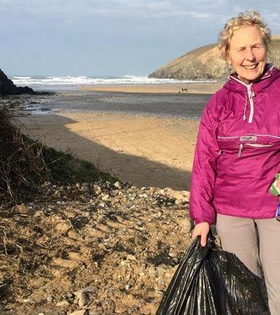 Vovó de 70 anos usa tempo livre para limpar 52 praias ao longo de 2018