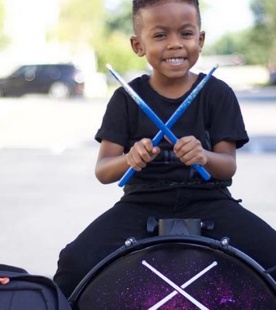 Conheça o mini baterista de 4 anos que conquistou a maior feira de música do mundo