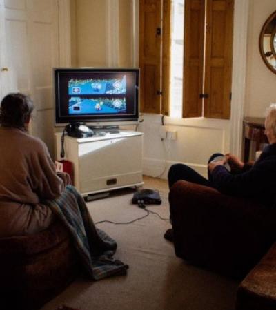 Casal de idosos se desafia diariamente no Mario Kart para decidir quem fará o chá